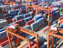 集装箱轨道吊在堆场内运输集装箱